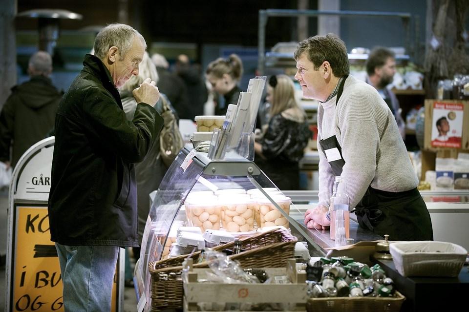 Ofte er det muligt at lokke en godbid af smagsprøve ud af de handlende på det økologiske markedet i Det Røde Pakhus.                                             Arkivfoto: Claus Søndberg
