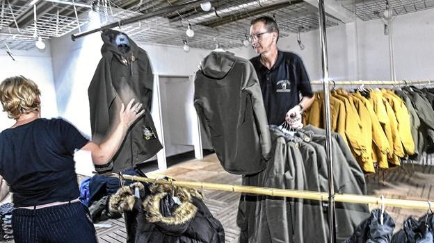 Havnebutikken har oprettet en satellitbutik med vildt nedsatte vinterjakker og den nu meget kendte Hanstholm trøje. Se næste billede. Foto: Ole Iversen
