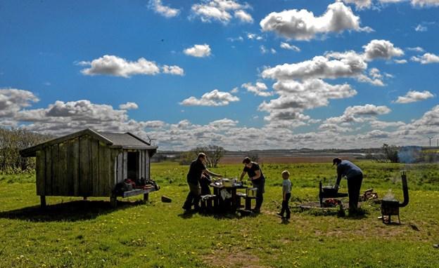 Maden blev tilberedt over åben ild i det naturskønne område ved shelters tæt ved Vilsted sø Foto: Mogens Lynge Mogens Lynge