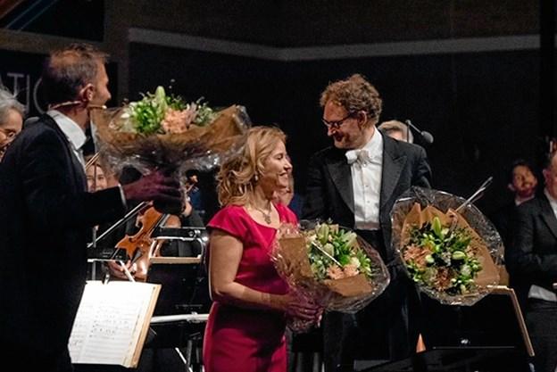 Blomster og stort bifald til Aalborg Symfoniorkester repræsenteret af (fra venstre) Joachim Knopp, Tuva Svemmingsen og Henrik Vagn Christensen.Foto: Ole Torp