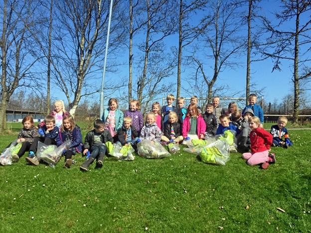 0. a og 0. b fra Arden Skole var blandt de mange, der hjalp med at samle affald ind i Mariagerfjord Kommune på opfordring fra Danmarks Naturfredningsforening. Privatfoto