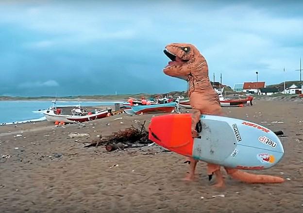 Dino på surfbræt. Inden i er firdobbelte verdensmester Casper Steinfath. Privatfoto