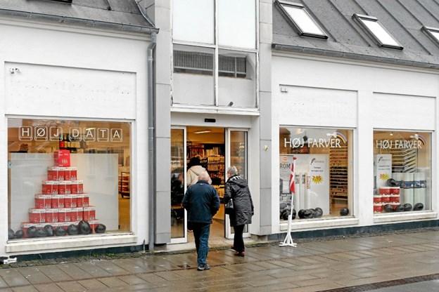 Selv i det grå, våde og triste vejr var der stor tilstrømning af borgere fra nær og fjern, der bød Tommy Høj velkommen til Hirtshals. Foto: Niels Helver