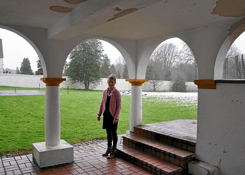 Terrasserne - både denne i stueetagen og den på etagen ovenover - vil fremover i højere grad blive brugt ved arrangementer på slottet. Som det ses på billedet, hvor Nana Henriette står i det nederste terrasserum, så kræver den en renovering, inden det kan finde sted.