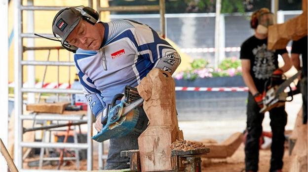 Bob King var en af kunstnere ved årets træskulpturfestival i Hune. Foto: Poul Nymark