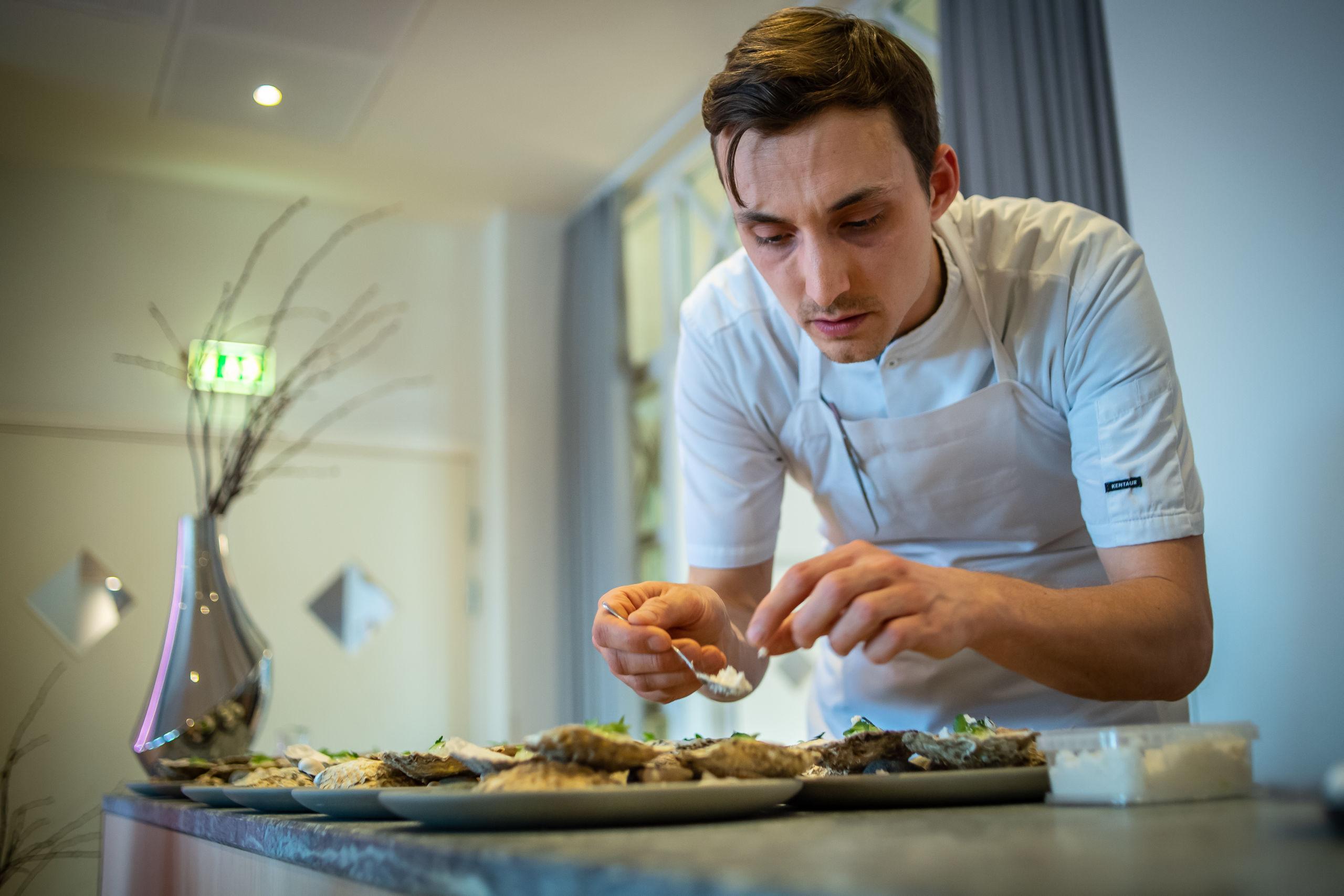 Her er det Michael 'Miv' Pedersen fra Restaurant Tabu, som er ved at lægge sidste hånd på værket inden servering. Foto: Martin Damgård