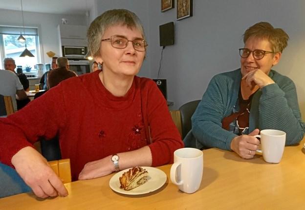 Som bruger af SIND-Huset nyder Gitte Mikkelsen til venstre at have et frirum, hvor hun føler sig tryg, og hun sætter især pris på sine gode samtaler med leder, Betina Pedersen.