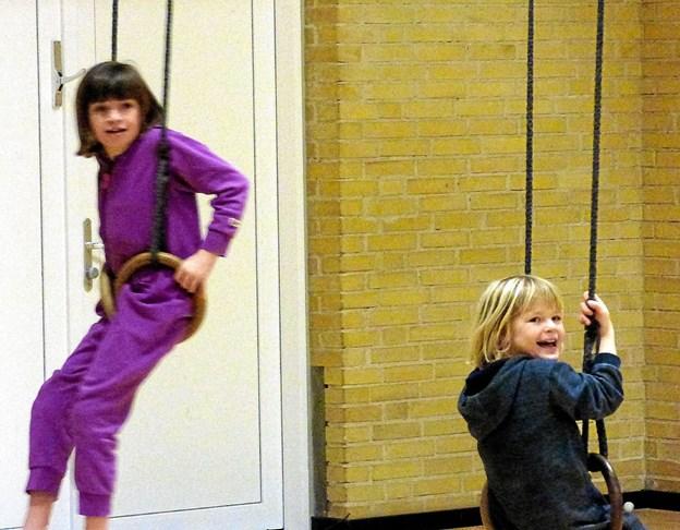 Mens forældrene var til møde på skolen, legede børnene i den nærliggende idrætshal. Foto: Ejlif Rasmussen Ejlif Rasmussen