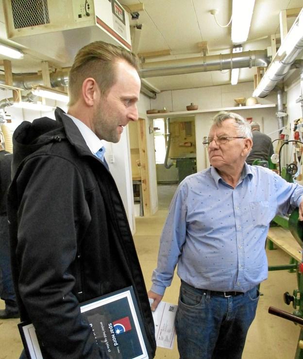 Formanden Gunnar Pedersen (til højre) forklarede om trædrejnings kunst til Jan Hansen fra Spar Nord. Privatfoto