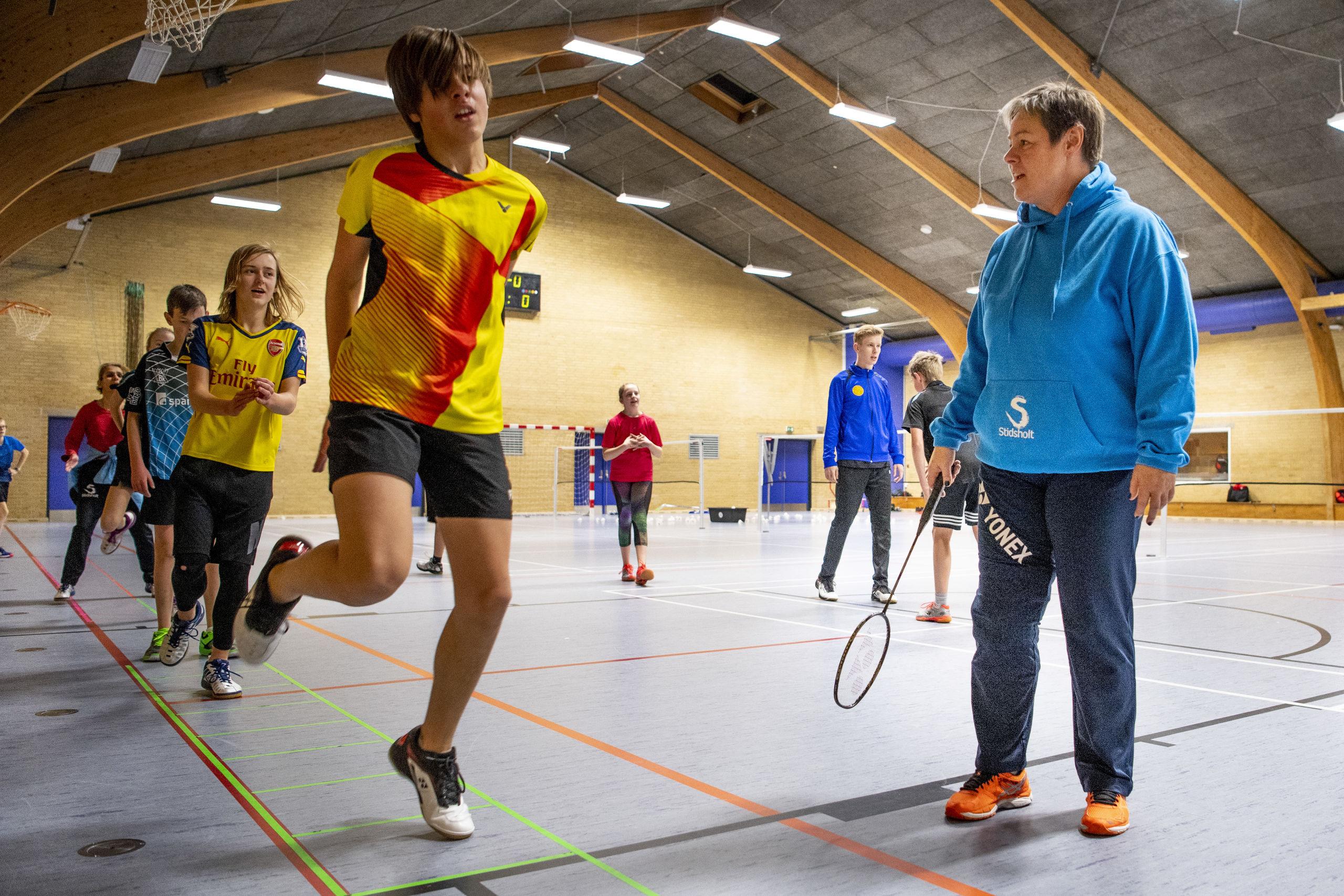 Gitte Paulsen er vild med at spille tennis, og hun er i det hele taget meget glad for at komme i hallen. Foto: Andreas Falck