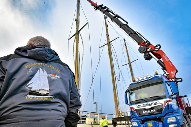 Det kræver koordination og overblik at få de 25 meter høje master løftet op, styret og lagt ned. Foto: Ole Iversen