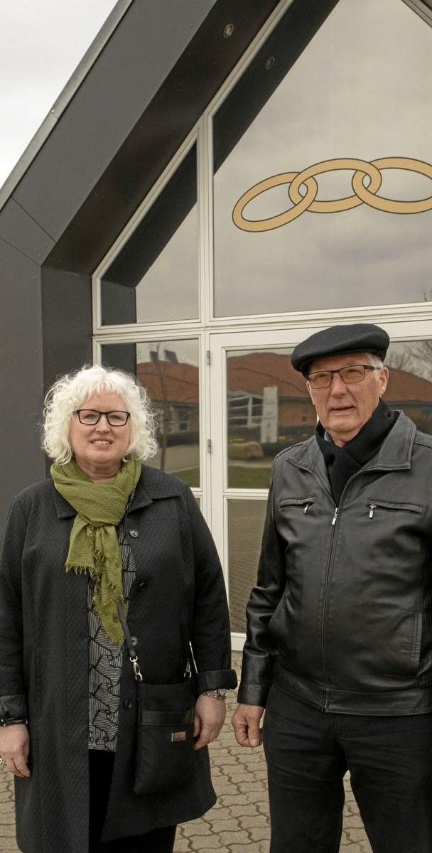 Lotte & Nis Peder Juhl foran loge bygningen på Smedevej 25i Hobro. Foto: TME Air-view.dk