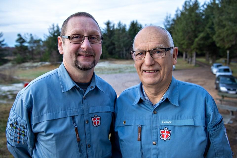 Frits Sørensen t.v. og Knud Bilde har været med i FDF Ålbæk i 50 år. Her ses de uden for FDFs hus for enden af Bundgarnsvej. Foto: Kim Dahl Hansen