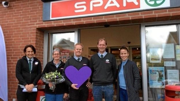 Nogle af de ansatte hos Spar i Valsgaard med det synlige bevis på, at butikken nu kan kalde sig demensvenlig. I midten ses købmand Lars Jensen med det symbolske lilla hjerte, og yderst til højre demensven-instruktør i Mariagerfjord kommune, Lena Lohmann.