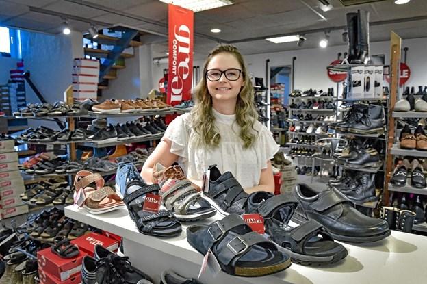 Fra 1.-3. maj kommer der for alvor Green Comfort på sko-dagsordenen hos Tops Juul Sko. Mette Hansen har skoene som tema for sin fagprøve. Foto: Ole Iversen