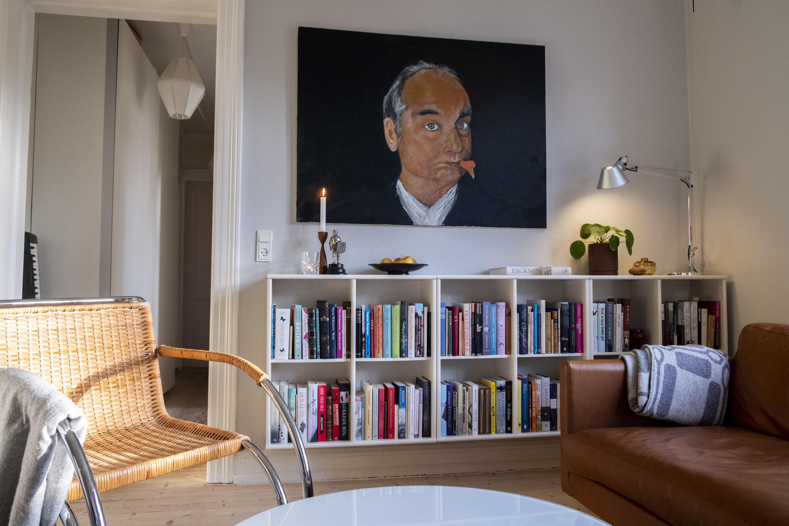 Et godt tip til at få orden i bogsamlingen er at emneinddele dine bøger. Her ses en del af Anita Wodstrups egen bogsamling i hendes stue. Foto: Lasse Sand