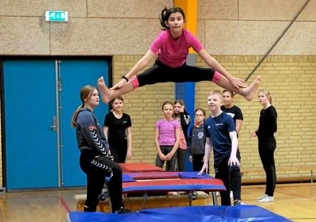 De større børn fra Spring og Rytme holdet øver styrke, smidighed og grundspring. Foto: Niels Helver Niels Helver