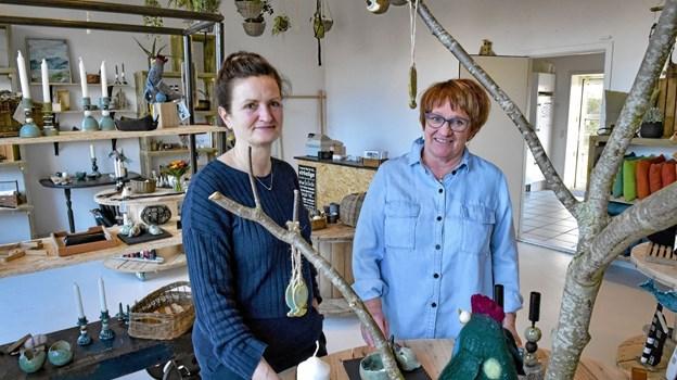Helga Breum (tv) og Jytte Engholm åbner 30. marts Vandkantshuset i Hanstholm. Her fotograferet i huset butik. Foto: Ole Iversen