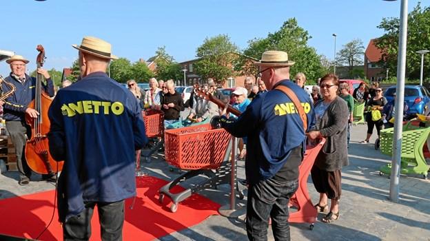 Netto har sit eget jazzorkester, der hyggede om kunderne og sang for til fællessangen »Vi går i Netto, hele dagen lang!«.