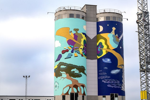 Aalborg har fået et spritnyt, markant og farvestrålende murmaleri, og tvillingetårnene på den gamle eternitgrund bliver nu et iøjnefaldende vartegn for hele byen.