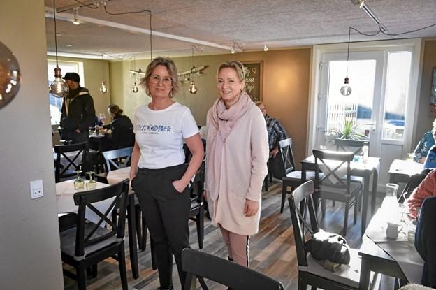 Gunhild Grandjean-Thomsen (th.) og Lene Andersen er glade for den nye indendørs afdeling og de to glæder sig til sommer med fuld fart på. Foto: Ole Iversen