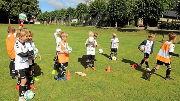 Der blev brugt mange kræfter på de forskellige øvelser, Her trænes der i at skyde på mål. Foto: Jørgen Ingvardsen Jørgen Ingvardsen