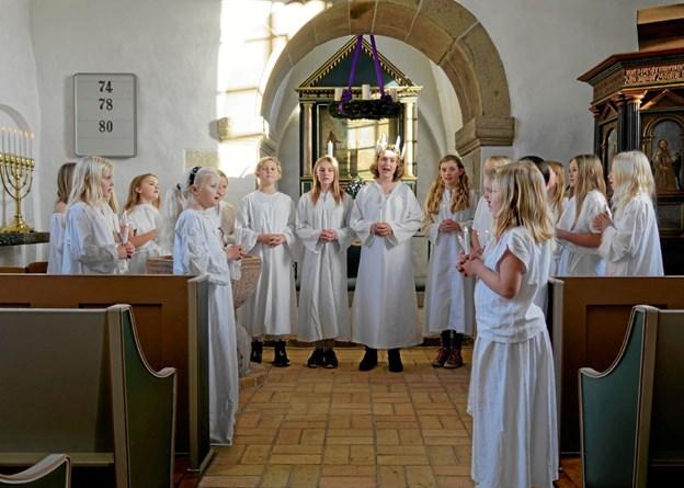 Luciabruden og hendes 15 terner sang om Santa Lucia. Foto: Niels Helver Niels Helver