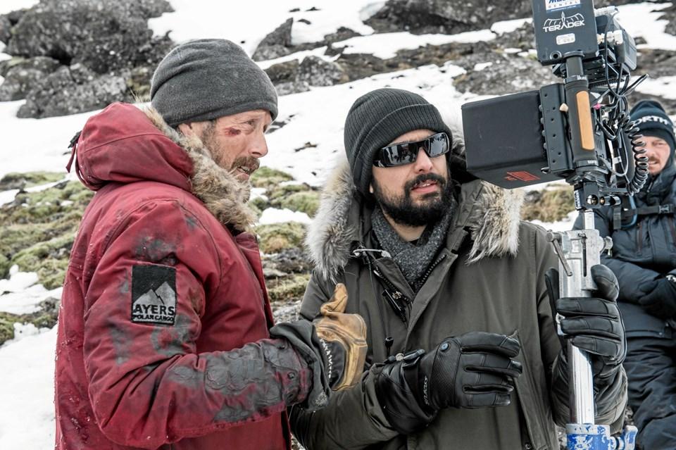 Filmholdet under optagelserne til Arctic.