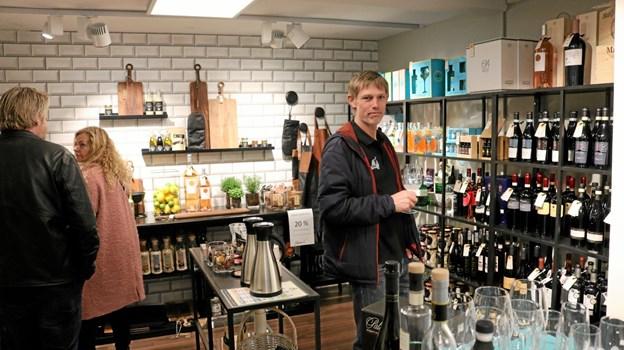 Eksklusive vine og andre specialiteter har fået sit eget hjørne. Her nyder Niels Egholm et glas boblevand. Foto: Tommy Thomsen Tommy Thomsen