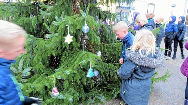 Julepynten hænges op. Foto: Kirsten Olsen Kirsten Olsen