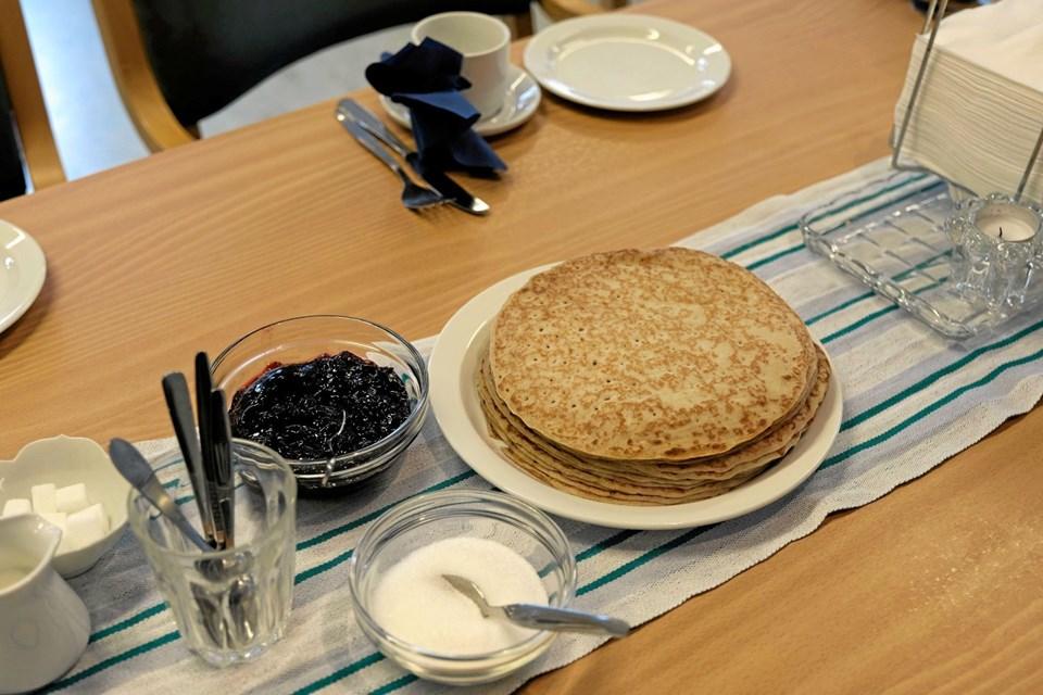 I anledning af den internationale pandekagedag var der varme pandekager med syltetøj til eftermiddagskaffen i Sindal. Foto: Niels Helver Niels Helver