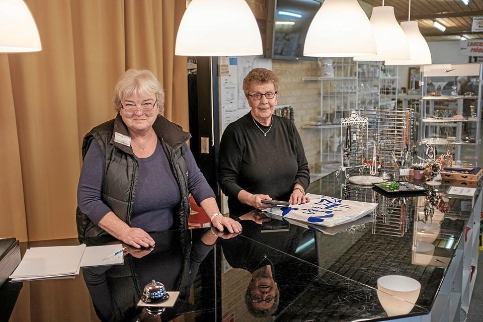 Jenny Poulsen og Inger Dahl Jensen er blandt de trofaste frivillige, der dag efter dag hjælper kunderne med at finde de helt rigtige genbrugsting. Foto: Niels Helver Niels Helver