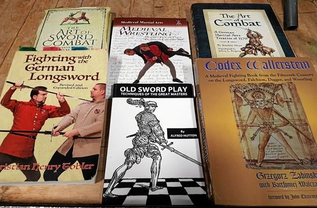 Et udvalg af de mange lærebøger, der findes om middelalderfægtning. Foto: Karl Erik Hansen Karl Erik Hansen