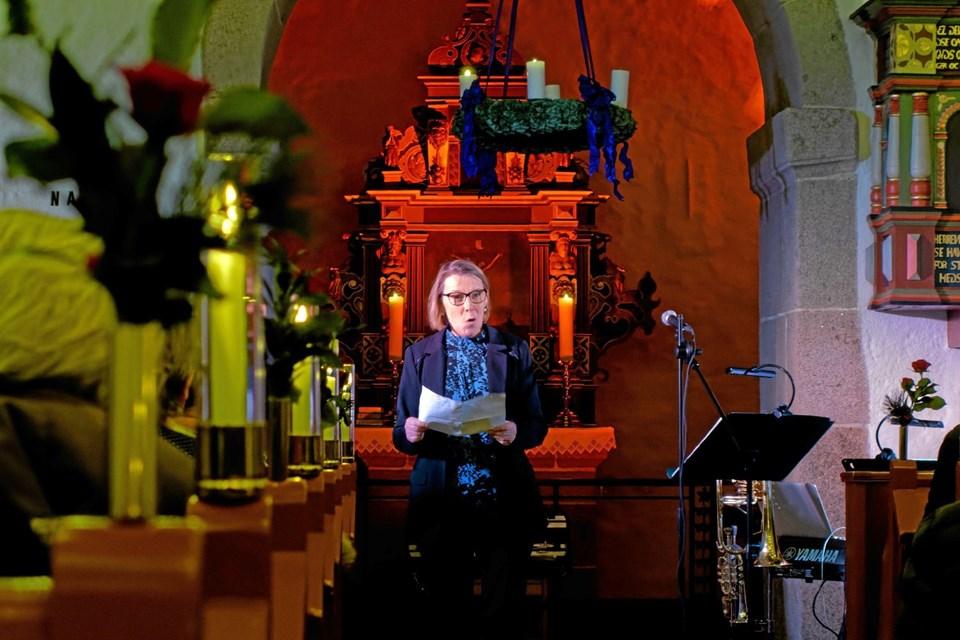 """Menighedsrådets næstformand Heidi Hunderup bød velkommen til julekoncerten """"Christmas Time"""" med Per Nielsen, violinisten Alexandru Radu og pianisten Jacob Trautner. Foto: Niels Helver Niels Helver"""