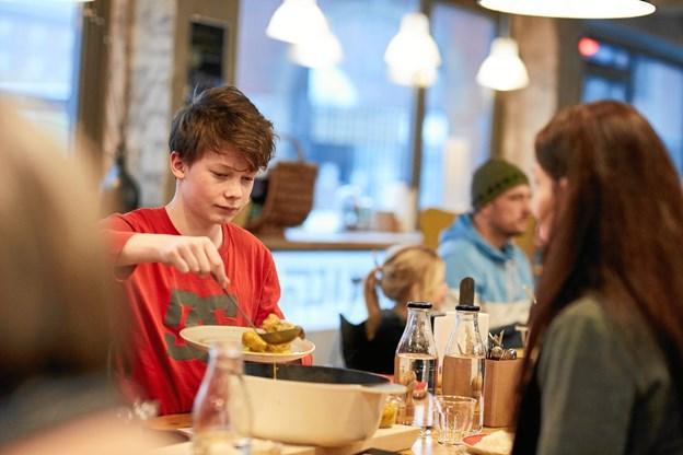Aalborg Spiser Sammen første tirsdag i hver måned har inspireret til, at KaffeFair nu bliver folkekøkken i aftentimerne. PR-foto: Johny Kristensen