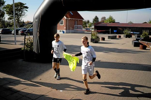 Christian Engberg (tv) og Søren Knudsen kommer i mål efter at have gennemført cirka tre maratonløb på et døgn. Privatfoto: Sofie Janerka/Tirstrup Idrætsefterskole