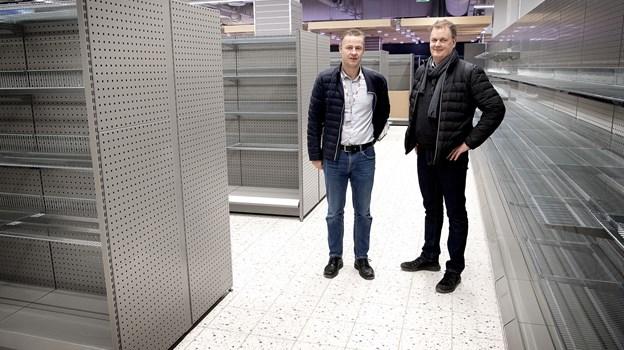 Hylderne er endnu tomme, men glæden over den nye butik og dens placering er ikke til at tage fejl af hos Kennet Berlin (tv) og Anders Mogensen. Foto: Lars Pauli