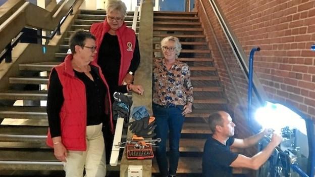 På billedet ses Hanne Skødt - præsident for Lions Skagen Anna Ancher, Lisbeth Mikkelsen og centerleder Pia Fonseca, der iagttager montørens arbejde.Privatfoto