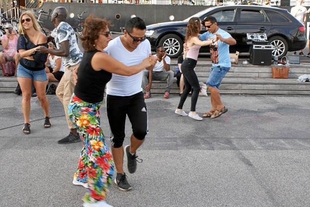 Ezatollah Azadi, direktør og instruktør hos Latin Salsa Club i Vesterå, leverede de latinamerikanske rytmer, og det var dansere fra salsaklubben, der gav den gas. Foto: Ole Skouboe