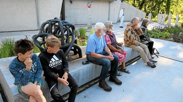 Da der var tale om totalteater, var der ikke stillet stole op. Tilskuerne fandt alligevel passende siddepladser.Foto: Jørgen Ingvardsen Jørgen Ingvardsen