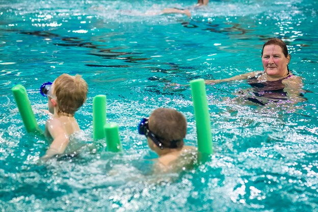 Skagen Svømmeklub og Marianne Axelsen kan noget med handicappede svømmere. Hun ved, at alle kan lære at svømme, det tager bare længere tid. Foto: Martin Damgård Martin Damgård