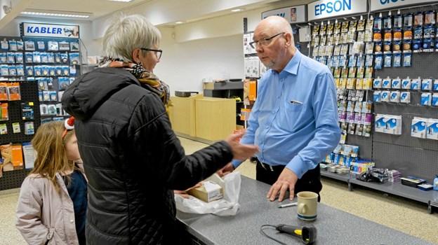 Tommy Høj er glad for den gode modtagelse, han har fået i Hirtshals, og allerede fra åbningsdagen var der mange kunder, der fik hjælp og gode råd. Foto: Niels Helver Niels Helver