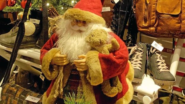 Julemanden i udstillingsvinduet hos Jane Sko byder indenfor i den velassorterede forretning med alt i sko og lædervarer. Foto: Niels Helver Niels Helver