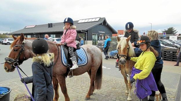 SuperBrugsen havde forskellige familie aktiviteter i efterårsferien blandt andet i samarbejde med Vrensted og Omegns Rideklub. Foto: Kirsten Olsen