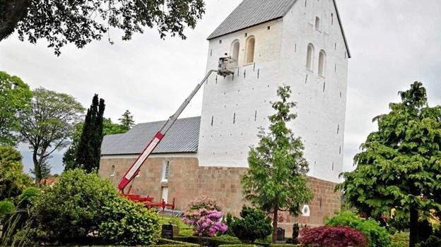 Kalkjarlen har brugt de seneste uger på at gøre Hellevad Kirke ren og hvid igen. Privatfoto