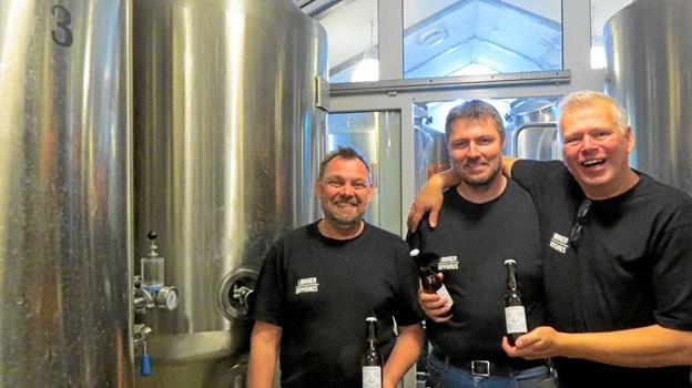 Brygmester Niels Thomsen, sælger Lars Borup og eventmager Kent Boalth i højt humør og klar til at præsentere bryghusets nye brand Bryggeriet Vestkysten. Foto: Kirsten Olsen