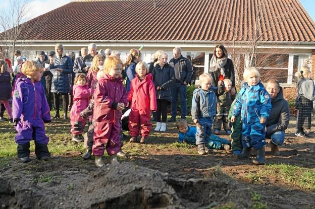 Børnene kan næsten ikke vente på at komme til at bruge det nye hus og udearealerne. Privatfoto