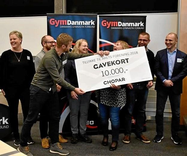 Der var stor spontan glæde over hæderstitlen, da bestyrelsen og de fire trænere alle måtte på scenen for at modtage den i Idrættens Hus i Brøndby i weekenden. Privatfoto
