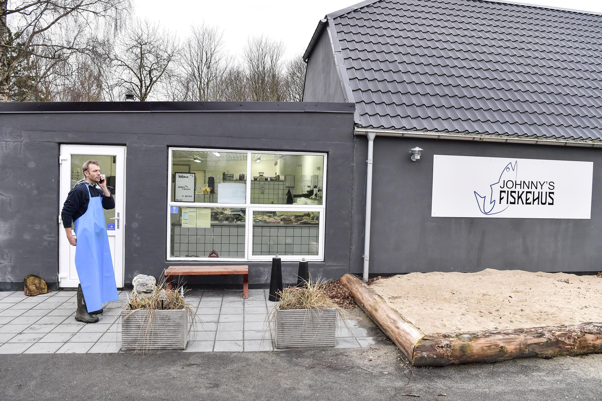 """""""Johnny's Fiskehus"""" ligger på Nibevej 389 kun et stenkast fra henholdsvis St. Restrup og Frejlev. Foto: Michael Koch"""