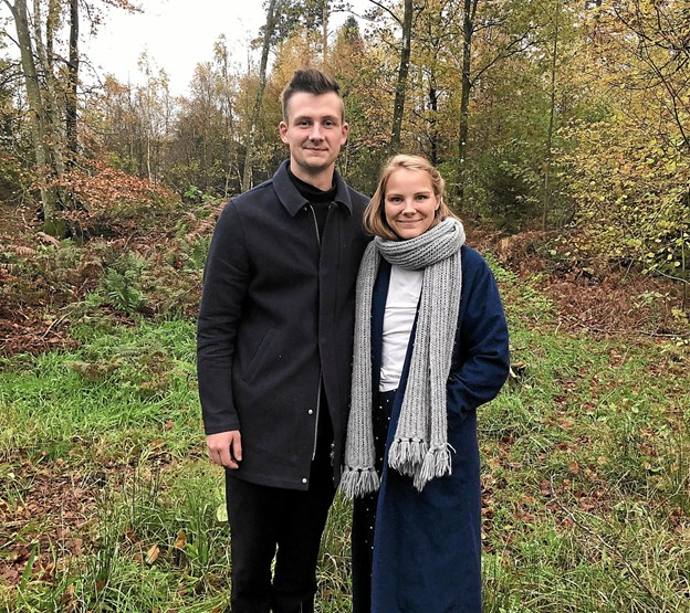 Michael og Lise ved grunden i Skørping. Her skal de opføre deres drømmehus. Foto: Jesper Bøss